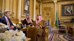 23.01.2016. Эр-Рияд. Джон Керри на встрече с саудовским королем Салманом (справа)