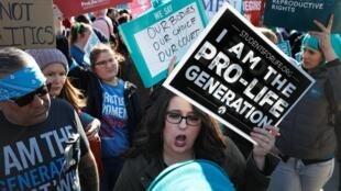 Manifestantes pró e contra o aborto protestam em frente à Suprema Corte americana. Em 04 de março de 2020.