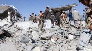 Một địa điểm tại khu vực sân bay quốc tế Sanaa bị không kích tối qua 30/03/2015.