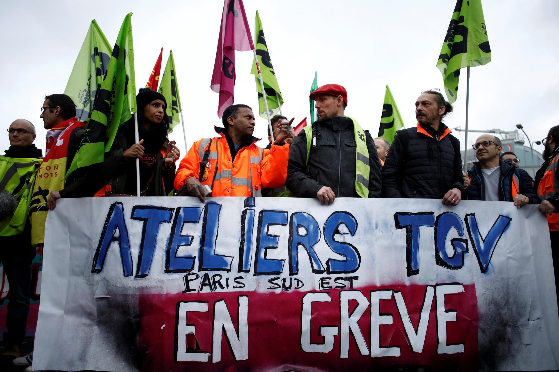 Бастующие железнодорожники возле Лионского вокзала в Париже 9 января 2020.