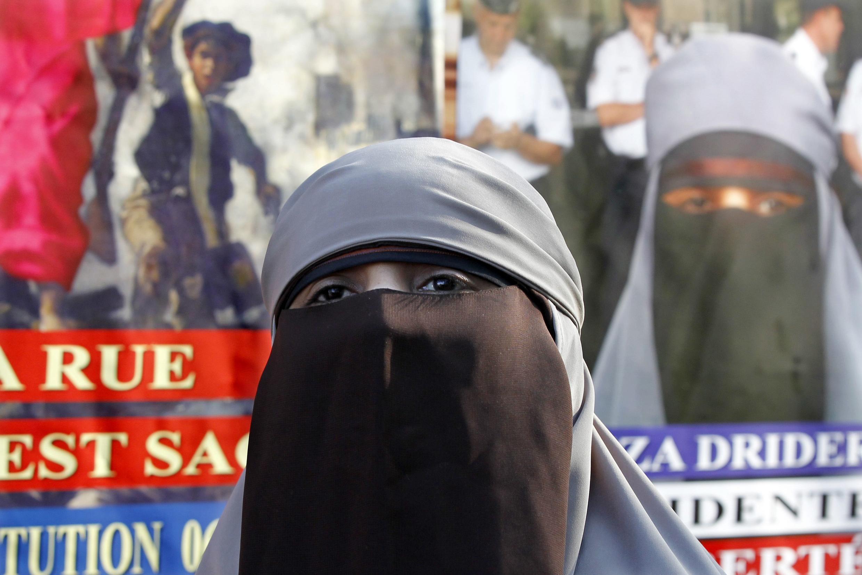 Кенза Дридер перед плакатами ее избирательной кампании на пост президента Франции. Мо 22/09/2011