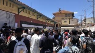 Au lycée Jean-Joseph Rabearivelo, dans le centre d'Antananarivo, quelques centaines de candidats ont passé lundi 19 octobre 2020 les premières épreuves du baccalauréat.