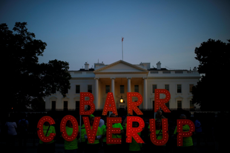 """Biểu tình trước Nhà Trắng (Washington DC-Mỹ) với khẩu hiệu tố cáo """"Barr bao che"""" ngày 18/04/2019 sau khi bộ trưởng Tư Pháp William Barr công bố bản báo cáo Mueller liên quan đến tổng thống Mỹ Donald Trump."""