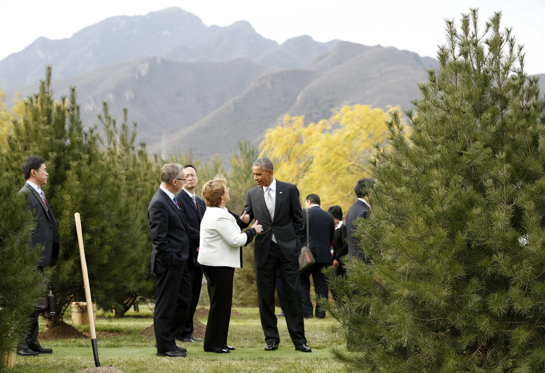 Les présidents américain et chilien Barack Obama et Michelle Bachelet, au lac Yanqi le 11 novembre 2014.
