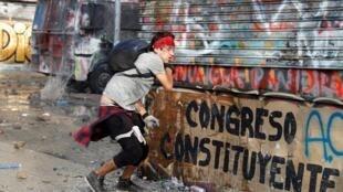 Les manifestants demandent une assemblée constituante spécialement élue pour rédiger une nouvelle Constitution.