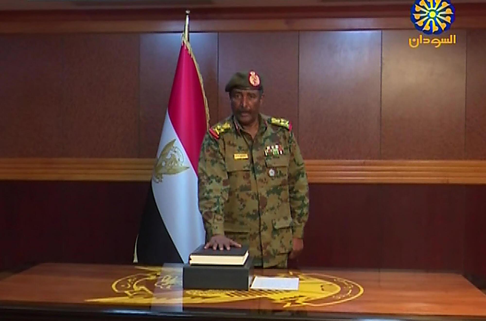 Le général Abdel Fattah Abdulrahman Burhan a prêté serment à la tête du Conseil militaire de transition, à Khartoum, le 12 avril 2019, après la démission du général Awad Ibn Ouf.