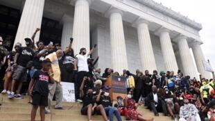 8月28日,抗议者在林肯纪念堂前呼吁族裔平等与司法改革。Des orateurs s'expriment devant le Lincoln mémorial à Washington lors d'un rassemblement contre le racisme, le 28 août à Washington.