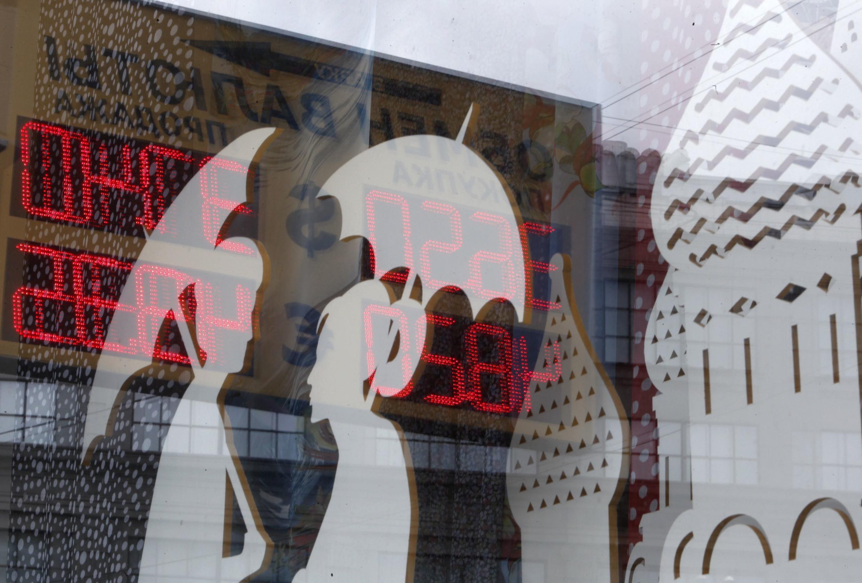 Bảng tỉ giá hối đoái tại một cửa hàng ở Matxcơva ngày 29/08/2014. Đồng rúp tiếp tục mất giá do các biện pháp trừng phạt mới của phương Tây.