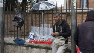 Un vendeur de téléphones dans une rue d'Antananarivo (photo d'illustration).