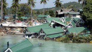 Cảnh ở Ton Sai Bay, đảo  Phi Phi của Thái Lan bị sóng thần tàn phá. Ảnh tư liệu 28/12/2004.