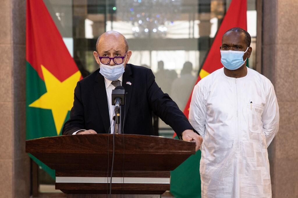 Le ministre des Affaires étrangères Jean-Yves Le Drian s'exprime aux côtés du ministre burkinabè des Affaires étrangères Alpha Barry lors d'une conférence à Ouagadougou, le 11 juin 2021.