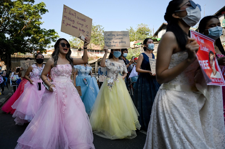 法廣存檔圖片 - Image d'archive RFI :Manifestante birmane en robe de mariée lors d'une marche contre le coup d'Ertat militaire, à Rangoun le 10 février 2021.