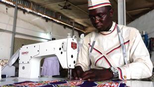 Hisseine Adamou Camara dans son atelier de création et de couture à N'djamena.