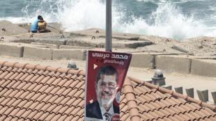 Affiche de campagne de Mohamed Morsi, le candidat des Frères musulmans, lors de la campagne pour l'élection présidentielle, en mai 2012.