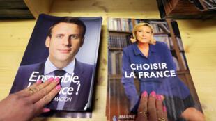 France-présidentielle 2017: affiches des deux candidats finalistes.