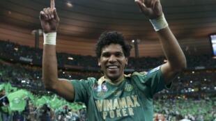 Brandão, atacante brasileiro do Saint Etienne, comemora o título da Copa da Lida da França.