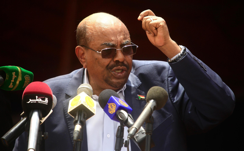 Shugaban kasar Sudan Omar al-Bashir yayin da ya ke gabatar da jawabi a arewacin lardin Darfur mai fama da rikici, a ranar 7 ga watan Satumban shekara ta 2016, inda ya ke sanar da kawo karshen rikicin yankin Darfur a waccan lokaci.