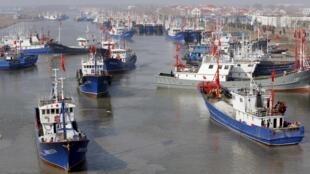Đội tàu cá của tỉnh Giang Tô chuẩn bị ra khơi ngày 28/03/2016.