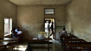 Opération de vote à Moroni aux Comores lors du référendum constitutionnel, le 30 juillet 2018.
