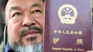 Le «selfie» d'Ai Weiwei exhibant le passeport qui lui a été remis, diffusée sur Instagram le mercredi 22 juillet.