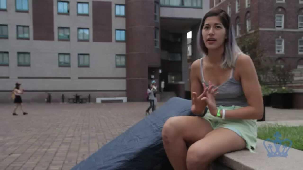 Captura vídeo da estudante Emma Sulkowicz, que foi violentada sexualmente e em protesto contra a universidade que não expulsou o estuprador, carrega um colchão por onde anda.