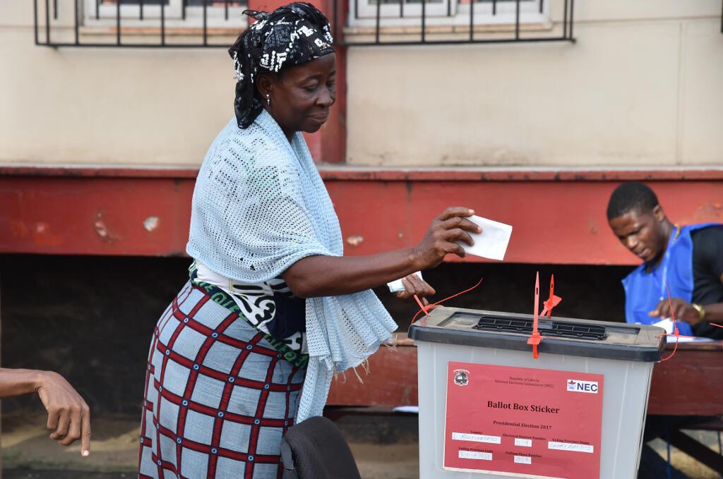 Eleitora coloca o seu boletim de voto na urna, a 10 de Outubro de 2017 em Monróvia à Monrovia .