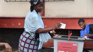 Une femme dépose son bulletin de vote dans l'urne, le 10 octobre 2017, à Monrovia à l'occasion des élections présidentielles et législatives.