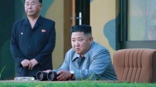 Ảnh do KCNA đăng tải ngày 26/07/2019 với chú thích lãnh tự Kim Jong Un thị sát vụ thử tên lửa của Bắc Triều Tiên.