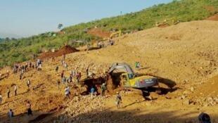 Opérations de secours dans la mine de jade de Hpakant où des remblais se sont effondrés sur les habitations des mineurs.