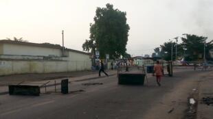 Des opposants dressent des barricades sur une route de Brazzaville, le 4 avril 2016.