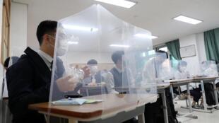 Algunas aulas han sido equipadas con barreras protectoras entre los estudiantes, como aquí en una escuela secundaria en Daejeon.