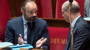 Le Premier ministre Édouard Philippe avec son ministre de l'Éducation nationale Jean-Michel Blanquer, à l'Assemblée nationale à Paris le 21 avril 2020.