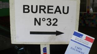 Eleitor francês mostra  título eleitoral.