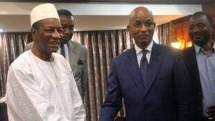 Le président Alpha Condé et l'opposant Cellou Dalein Diallo après leur réunion, au palais présidentiel, le 2 avril 2018.