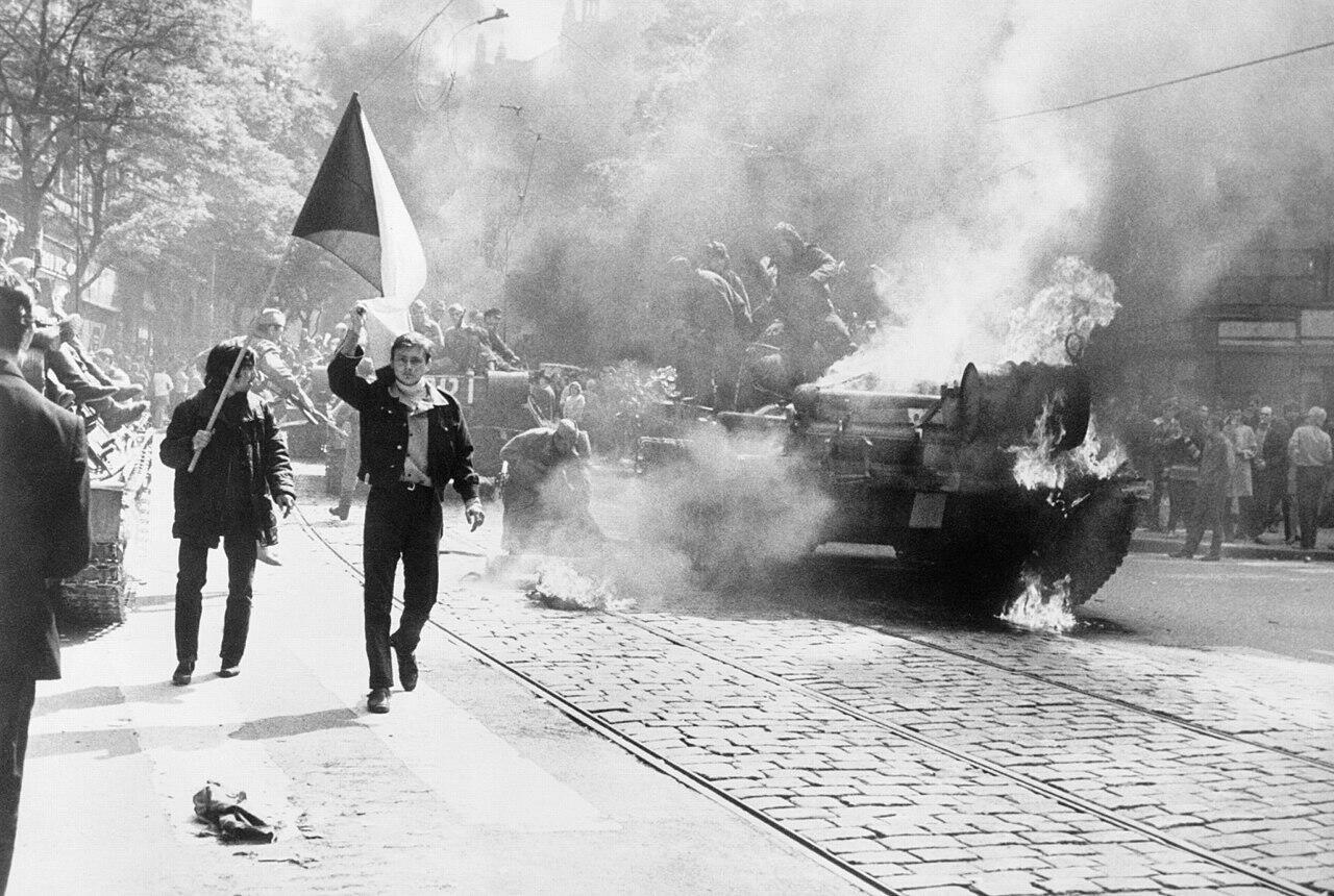 Xe tăng Liên Xô bị đốt cháy trên đường phố Praha trong cuộc xâm chiếm Tiệp Khắc ngày 21/08/2018.