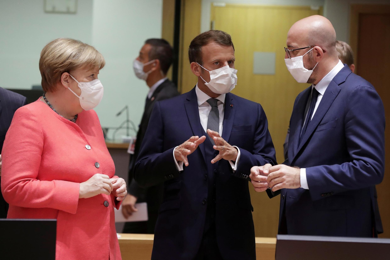 Angela Merkel, Emmanuel Macron na Charles Michel wanakutana mwanzoni mwa mkutano wa kwanza wa ana kwa ana wa EU tangu kuzuka kwa ugonjwa wa Corona , huko Brussels Julai 17, 2020.
