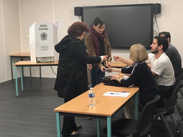 Eleitores brasileiros se preparam para votar em Paris