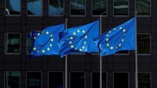 Des drapeaux de l'Union européenne devant la Commission, le 21 août 2020 à Bruxelles.