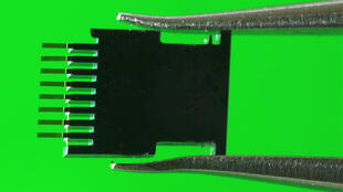 Fotografía del biosensor, que combina estructuras micromecánicas de silicio con nanopartículas de oro.
