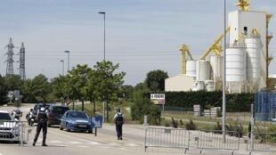 Cảnh sát Pháp rào chắn xung quanh khu vực nhà máy nơi xảy ra vụ khủng bố.