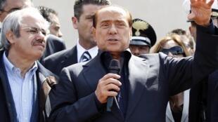 Silvio Berlusconi, le président du Conseil italien, à son arrivée à Lampedusa, le 30 mars 2011.