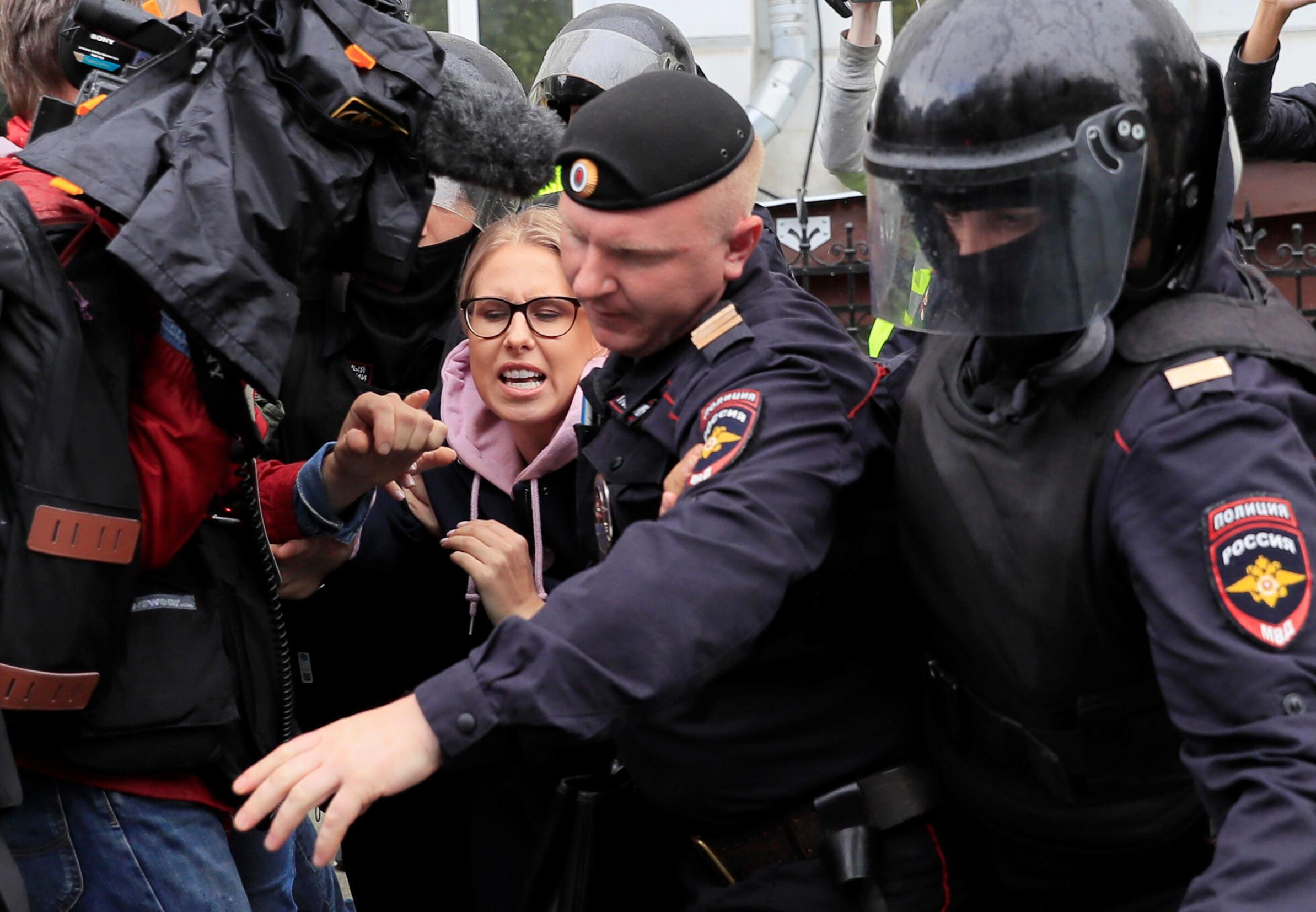 Policiais detêm a oposicionista russa Lyubov Sobol antes mesmo do início da manifestação, no dia 3 de agosto de 2019.