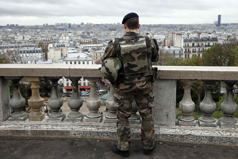 Патрульный около базилики Сакре-Кёр, Париж, 17 ноября 2015.