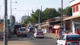 Une rue de Libreville où circulent deux taxis.