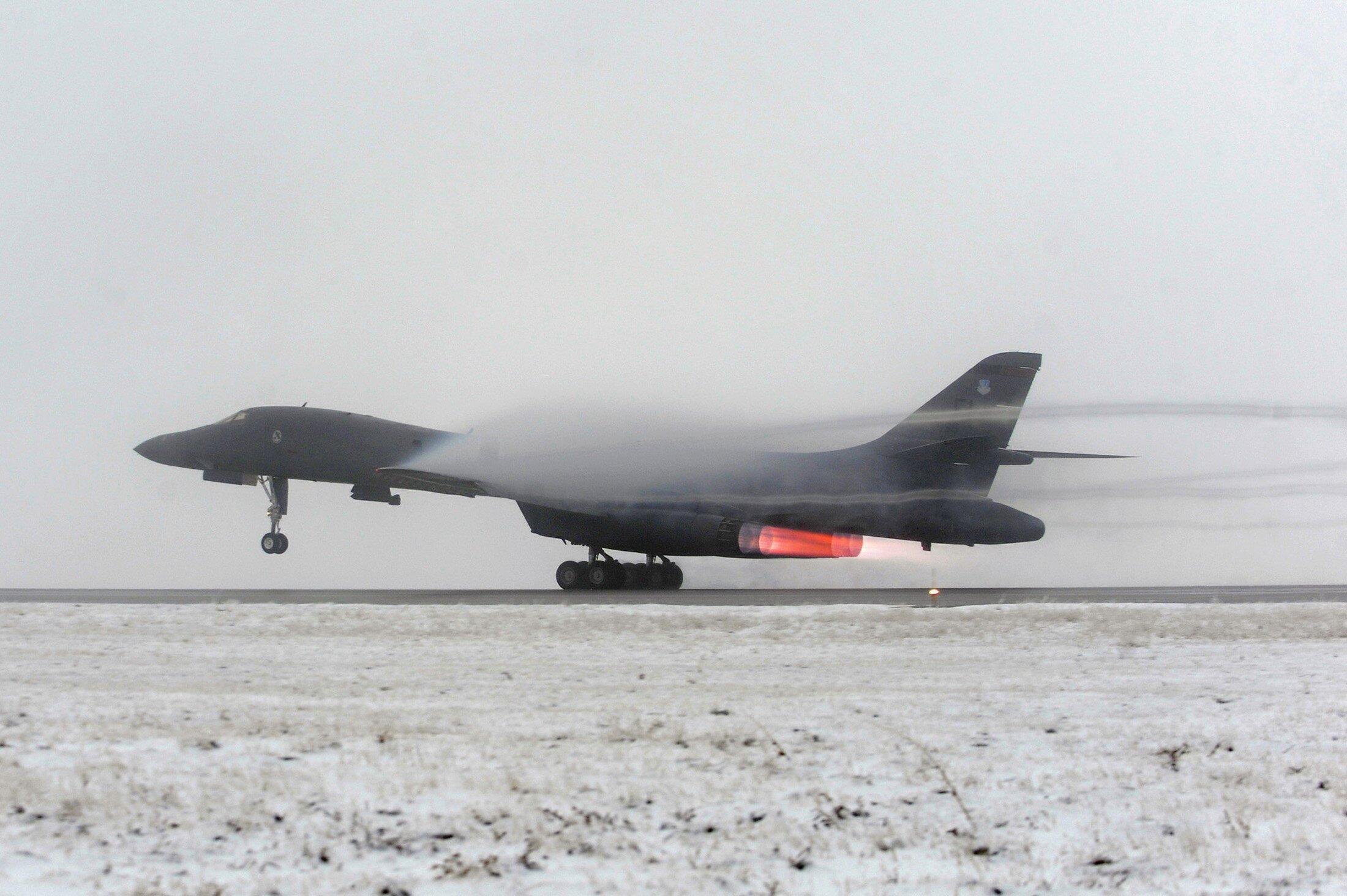Oanh tạc chiến lực tầm xa B-1B cất cánh từ một sân bay Mỹ ngày 27/03/2011. Vào tháng 03/2016, Không quân Mỹ ngỏ ý muốn cho loại phi cơ này đặt căn cứ ở miền bắc Úc.