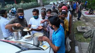 Distribución de alimentos en Nueva Delhi el 20 de mayo de 2021