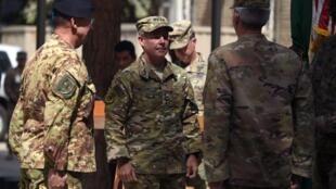 ژنرال اسکات میلر، فرماندۀ نیروهای آمریکا و ناتو در أفغانستان (نفر وسط)، ژنرال جان نیکُلسون فرماندۀ پیشین نیروهای آمریکا در افغانستان در مراسم انتقال فرماندهی در کابل - ٢ سپتامبر ٢٠١٨