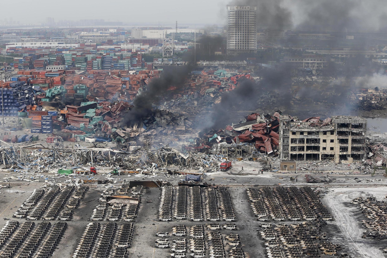 Le 14 août 215, de la fumée s'élève encore du site de Binhai, à Tianjin, secoué par de violentes explosions mercredi 12 août.