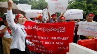 马来西亚的缅甸人在吉隆坡缅甸使馆前抗议修筑伊洛瓦底江密松大坝计划 2011年9月22.