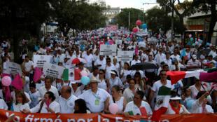 Des milliers de catholiques et de conservateurs marchent contre la légalisation du mariage homosexuel dans la ville de Guadalajara au Mexique, le 10 septembre 2016.